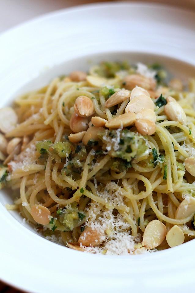 Spaghetti met krokant broodkruim met amandelen, peterselie, knoflook en Parmezaan.