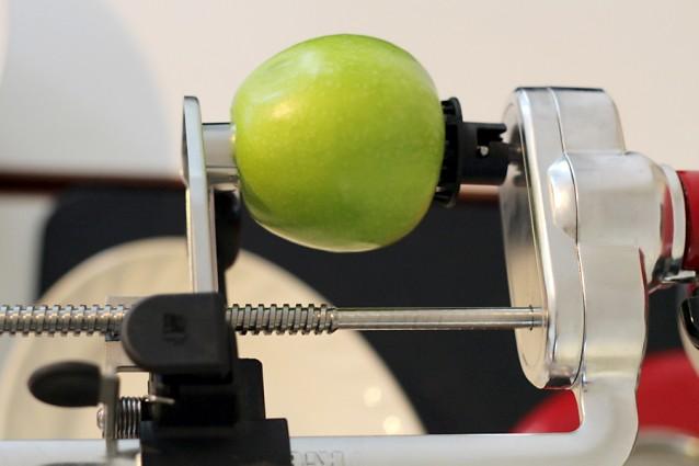 Laten we beginnen met een appel! We gebruiken het fijne spiraalmes én de schiller.
