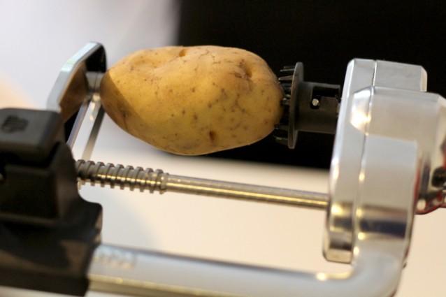 Tot slot proberen we een aardappel met het medium krulmes.