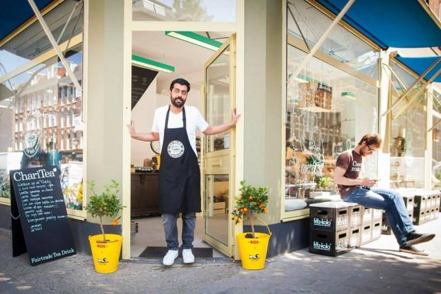 Murat Demir voor zijn winkel De Turk