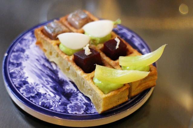 Wafel met (v.l.n.r.) haring, dragoncrème met radijs, rode biet met mierikswortel en Amsterdamse ui
