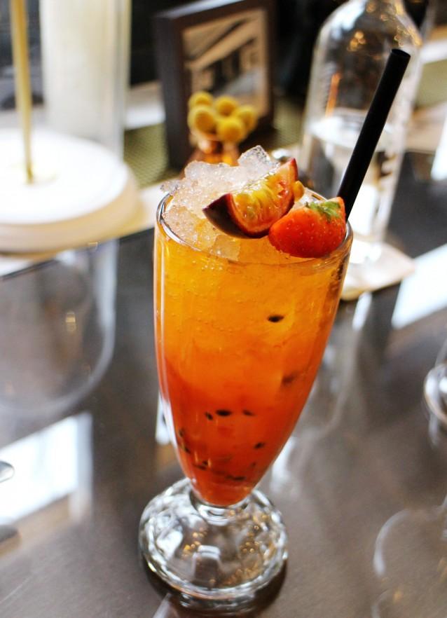 Alcoholvrije cocktail met passievrucht, aardbei en Crodino