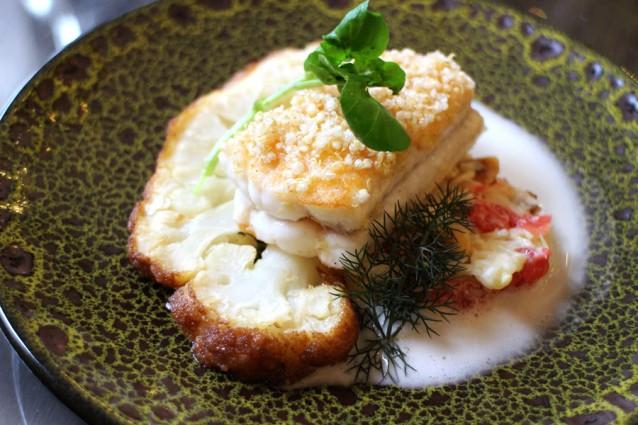 Zeetong met salade van Noordzee-krabsalade, hazelnoten, pompelmoes, bloemkool in beurre noisette en beurre blanc van geitenmelk