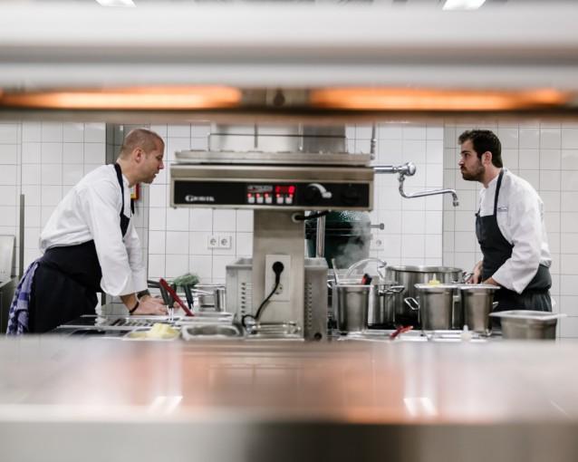 Sidney Schutte met Grae Nomas in de keuken