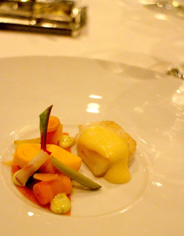 Kabeljauw met een eetbaar klompje van wortel en hollandaisesaus