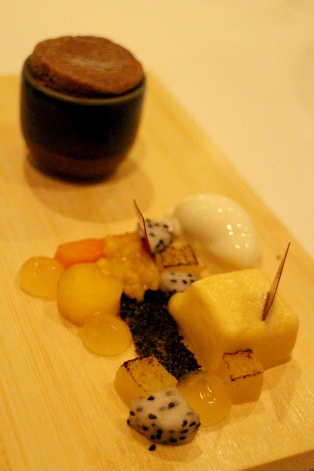Chocoladesoufflé met tropisch fruit en mangogelei