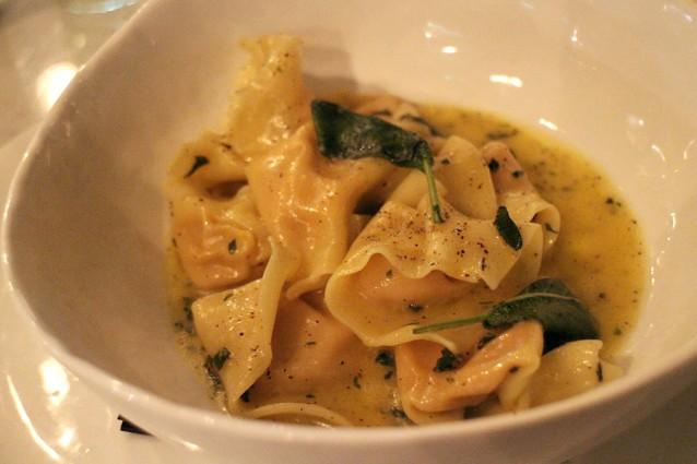 Tortelloni met pompoen, ricotta, Parmezaan, truffel en salieboter