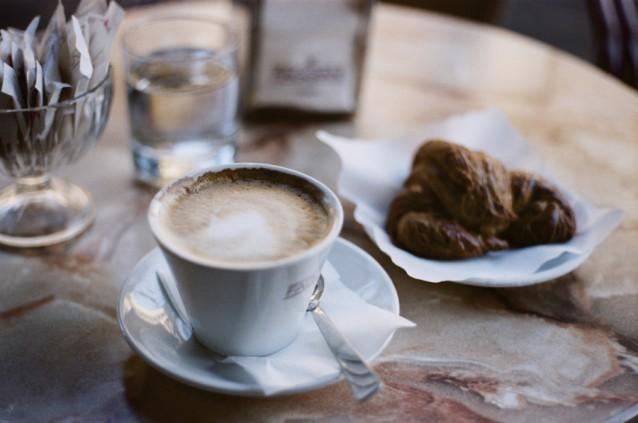 Italiaans ontbijten stock cappuccino croissant