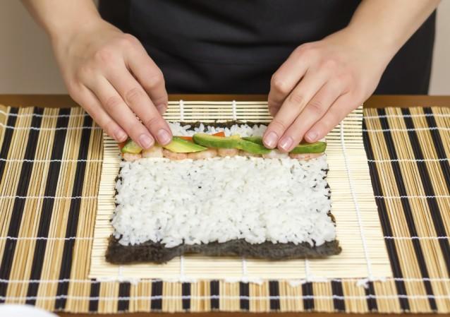 Zelf sushi maken sushi rollen stock