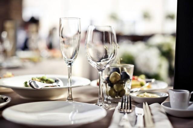 tafel restaurant bestek servies wijnglas stock