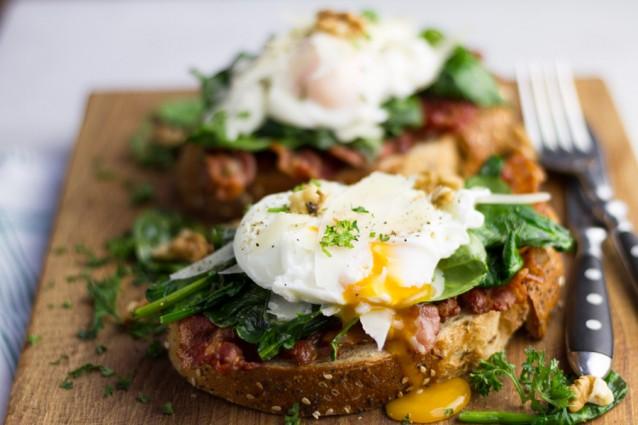 decadent broodje met bacon, spinazie en een gepocheerd ei