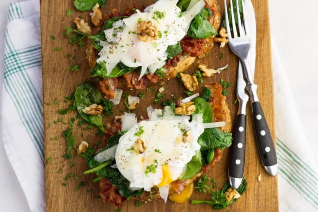 decadent broodje met bacon, spinazie en een gepocheerd ei2