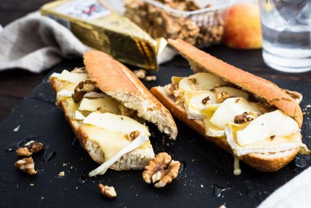 Broodje brie met walnoten en honing