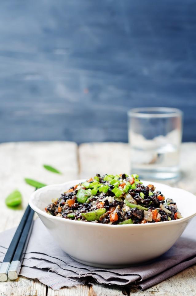 Zwarte rijst wok stir fry stock
