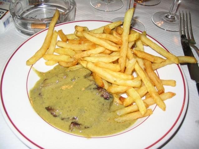 Entrecote met kruidenboter bij Café de Paris