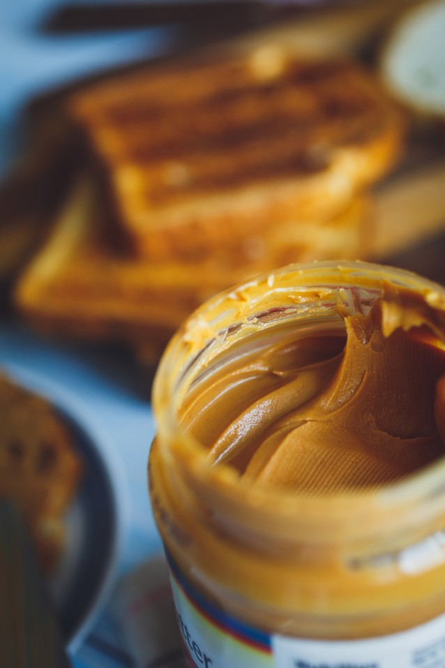 Toast met pindakaas stock