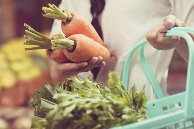 Winkelen groenten stock winkelmandje