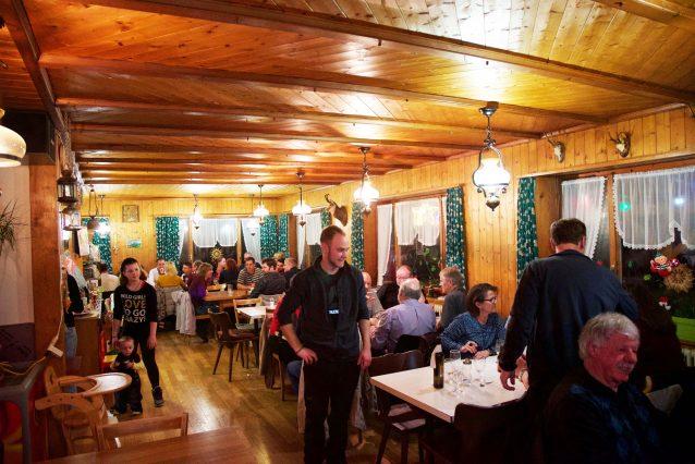 11. Het authentiek ingerichte bergrestaurant trekt tijdens metzgete met name mannelijke dinergasten