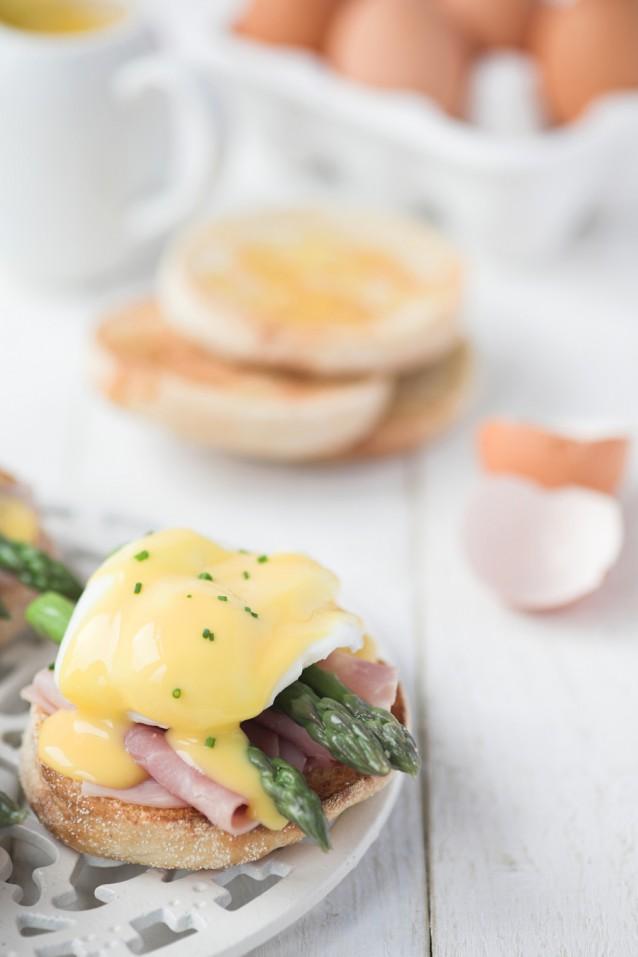 Eggs benedict met groene asperges stock