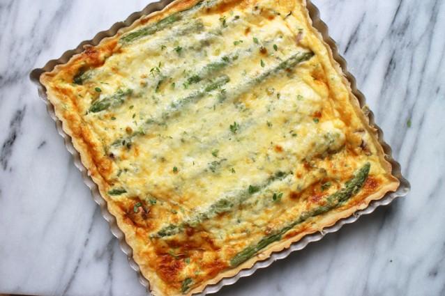 Hartige-taart-met-groene-asperges