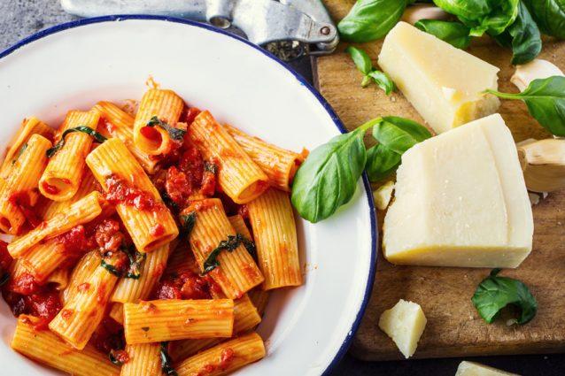 Pasta met tomatensaus en Parmezaanse kaas stock