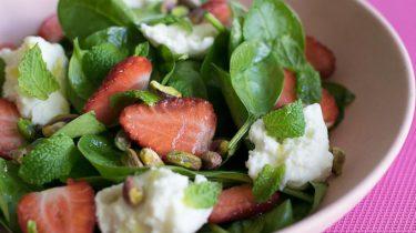 Spinaziesalade met aardbeien en mozzarella