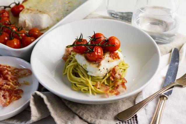kabeljauwfilet met pancetta, pasta pesto en geroosterde tomaatjes