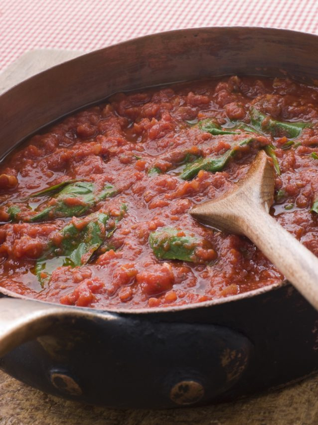 tomatensaus in pan stock