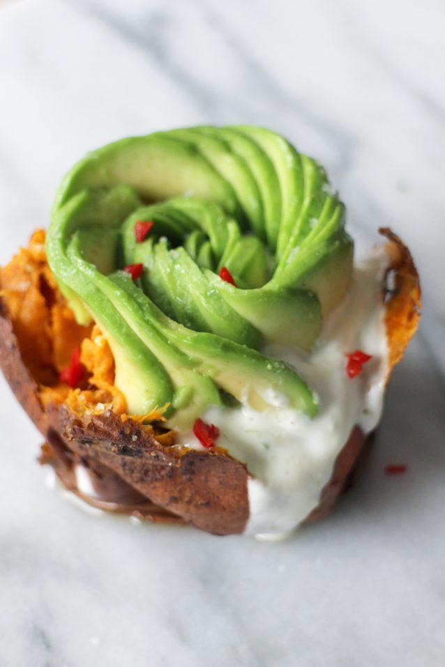 Gepofte-zoete-aardappel-met-avocado-en-limoenroom