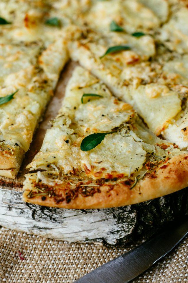 Pizza bianca met aardappel stock2