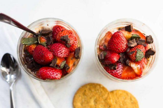 yoghurt met gemarineerde aardbeien en chocolade