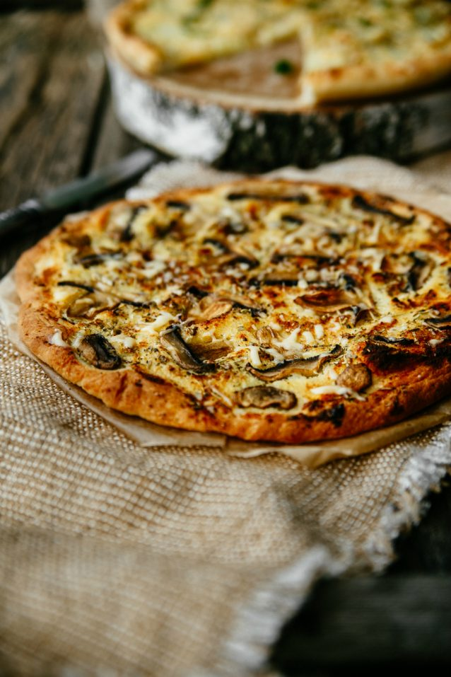 pizza met geitenkaas en paddenstoelen stock