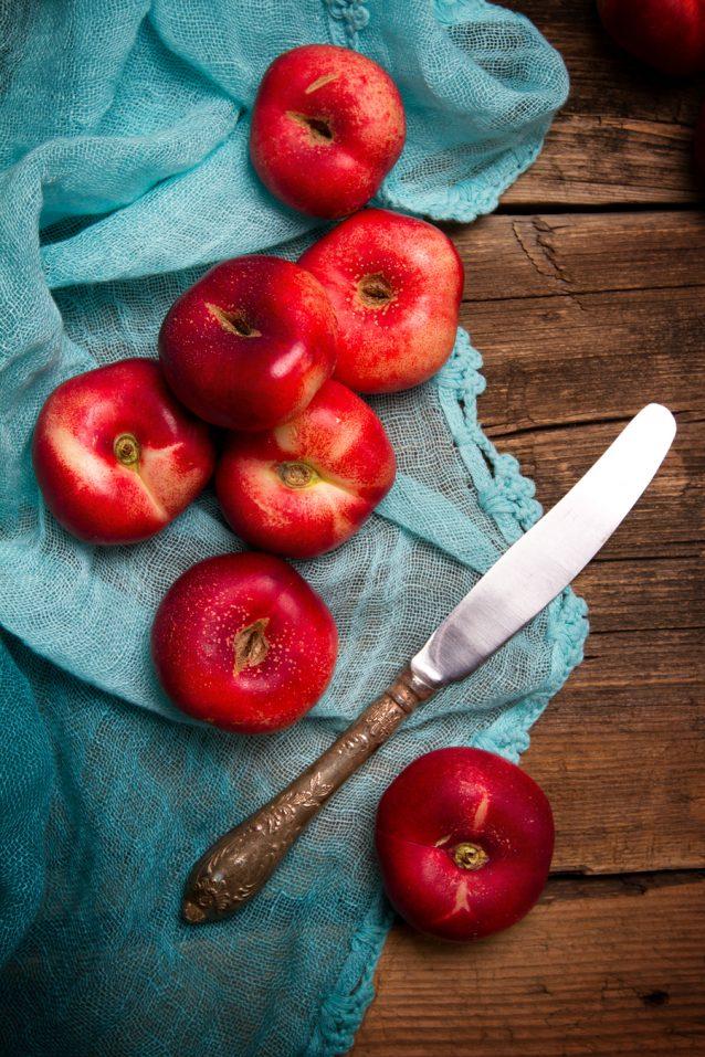 Rijpe platte perziken stock