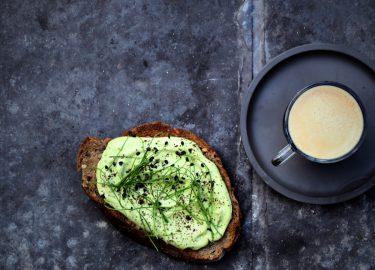 Avocadotoast met koffiedust