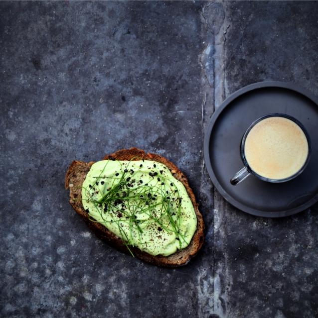 Avocadotoast met gemalen koffie