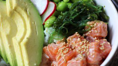 bac7489141f Poké bowls zijn al een tijdje je-van-het en wij snappen wel waarom: het is  het makkelijke broertje van sushi en je kunt er zóveel kanten mee op.