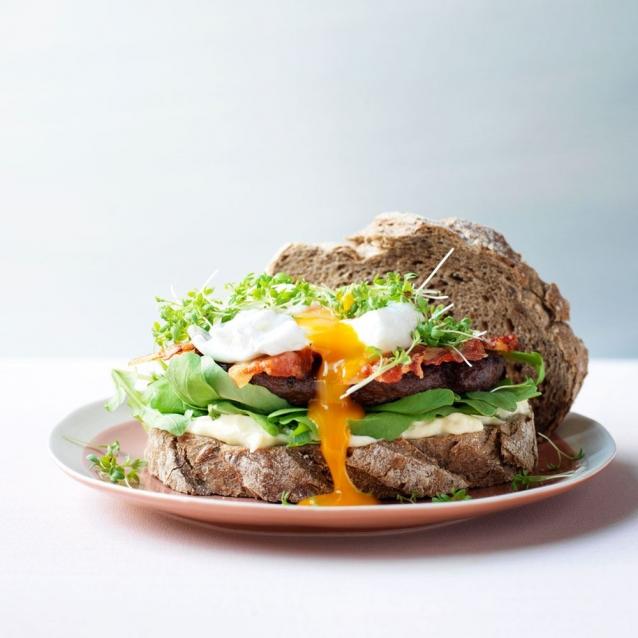 ontbijtburger -met-spek-rucola