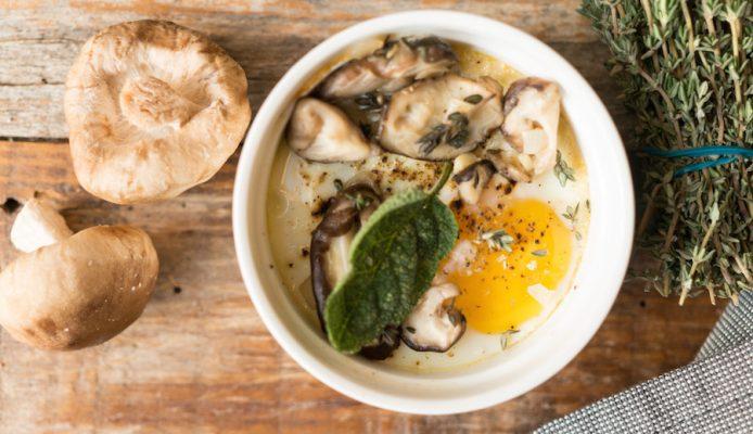 oeufs en cocotte met paddenstoelen en tijm