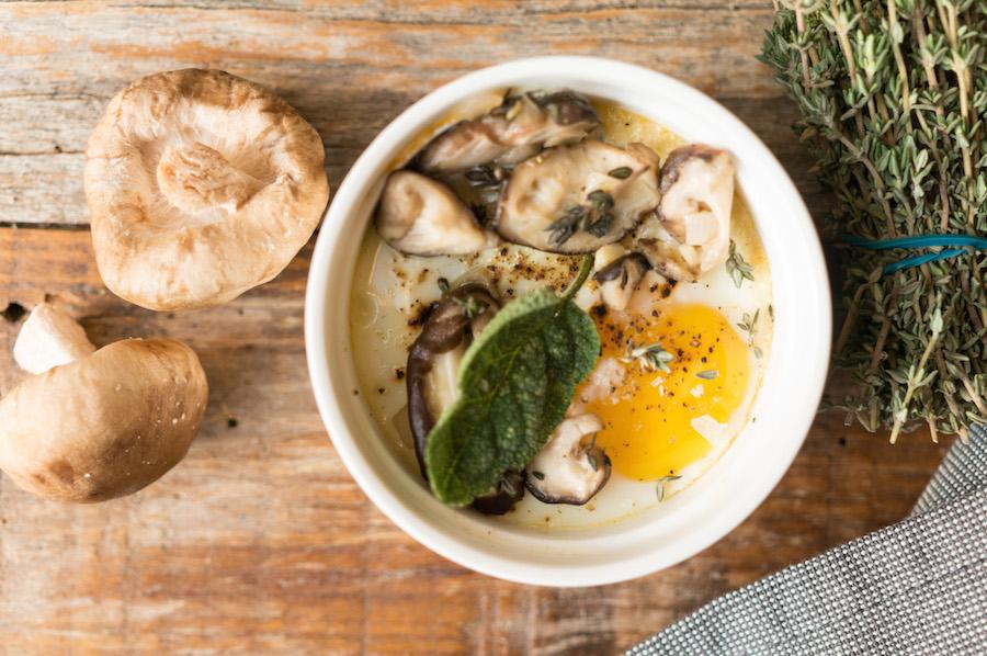 oeufs en cocotte met paddenstoelen, tijm en salie