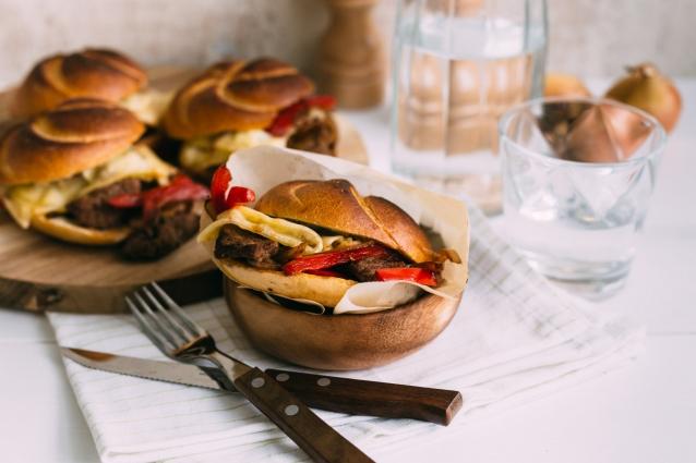 steak-sandwich-met-kaas-en-ui