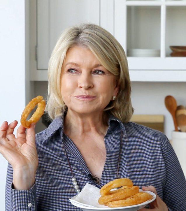 zo-maakt-martha-stewart-haar-onion-rings-2
