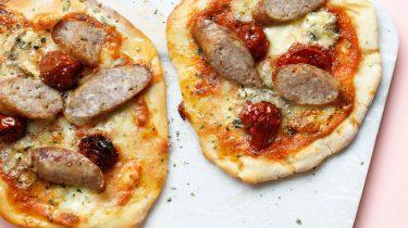 pizza met worstjes en mozzarella