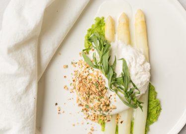 witte asperges met burrata