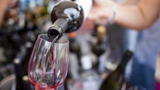 Wijn wordt ingeschonken