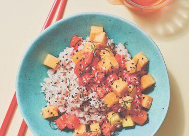 Afbeelding van zoete poké bowl met kokosrijst, mango & papaja