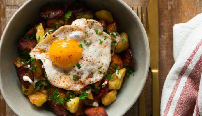 patatas bravas chorizo gebakken ei