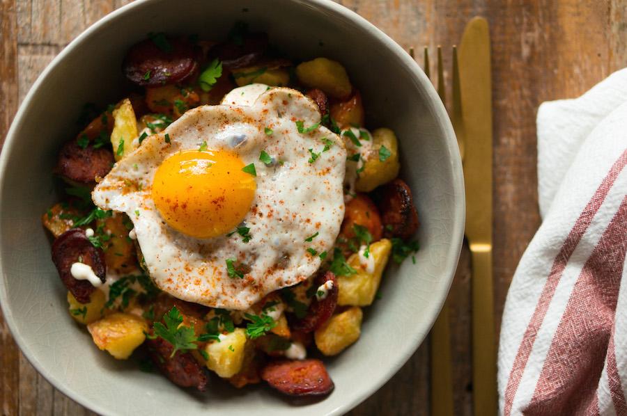 patatas bravas met chorizo en een gebakken eitje