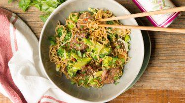 snelle noodles met broccoli en biefstukreepjes
