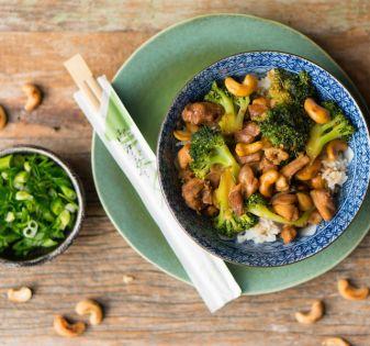 kip cashew met broccoli