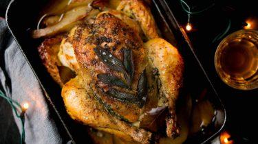 Foto van een gebraden kip voor Kerst
